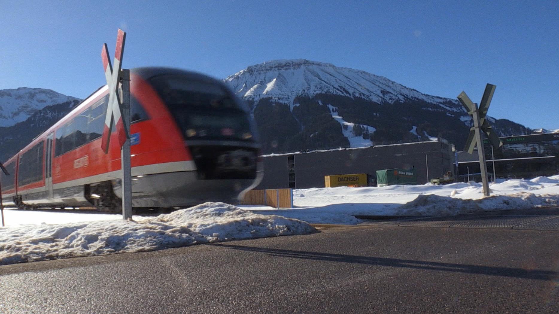 Zug an unbeeschranktem Bahnübergang