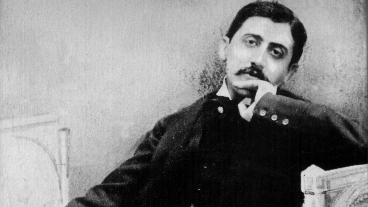 Das undatierte Archivbild zeigt den französischen Schriftsteller Marcel Proust (1871-1922), entspannt zurückgelehnt.