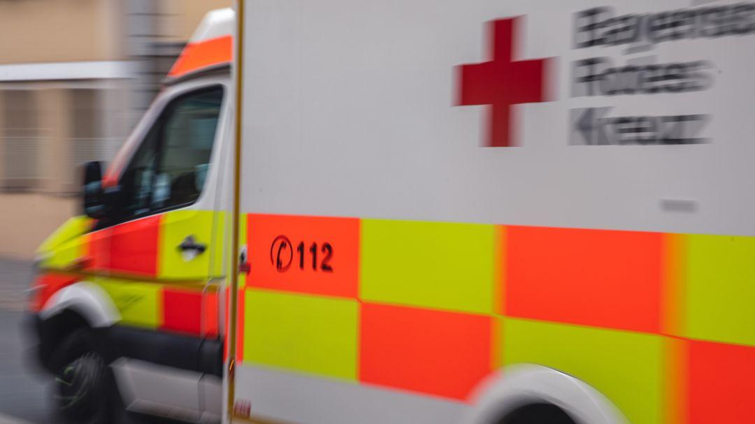 Ein Krankenwagen auf dem Weg zu einem Einsatz.