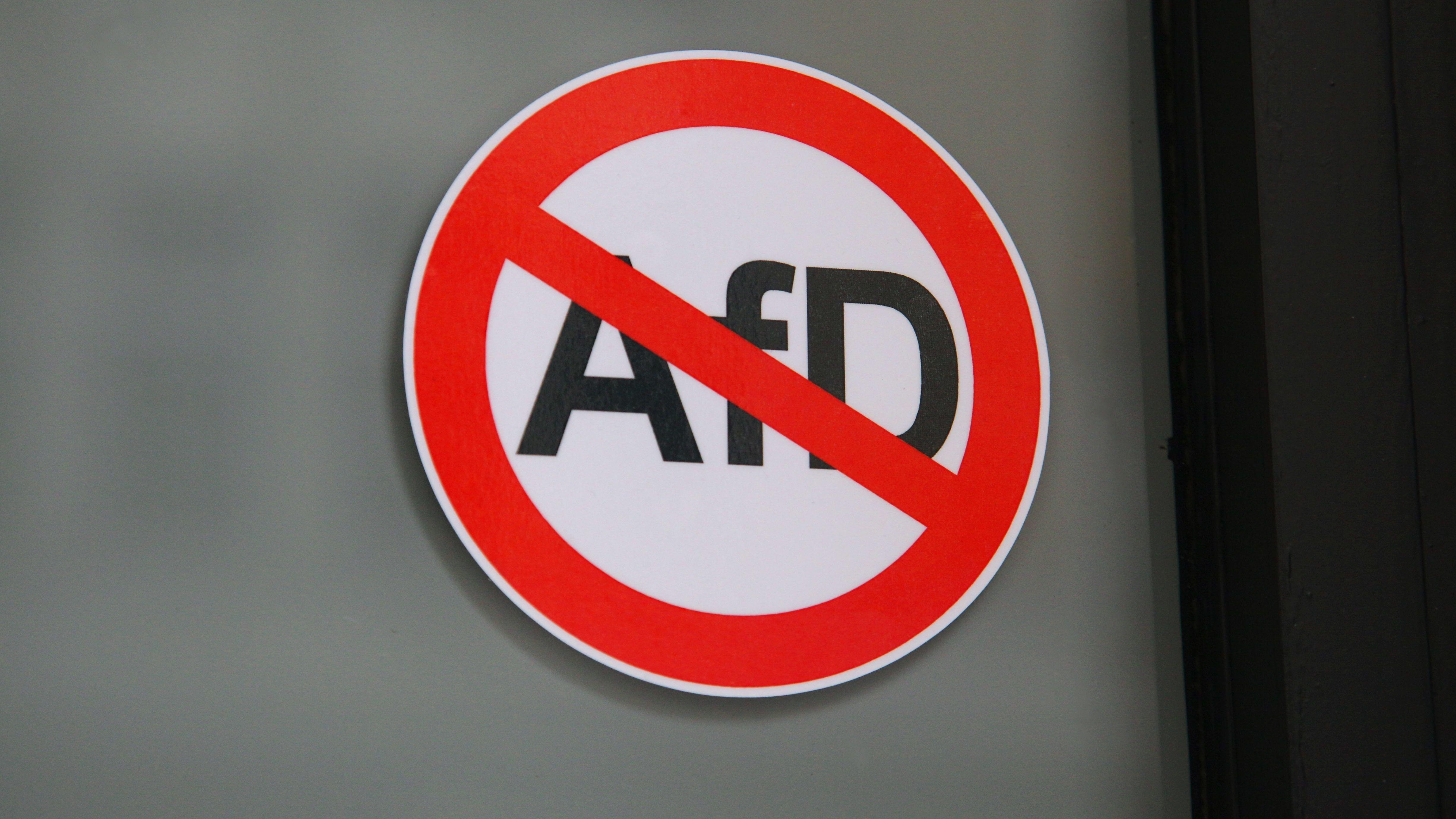 """Ein Aufkleber an der Tür des Nobel-Restaurants """"Nobelhart & Schmutzig"""" verbietet AfD-Anhängern oder AfD-Mitgliedern den Eintritt, aufgenommen am 25.11.2016 in Berlin im Stadtteil Kreuzberg."""