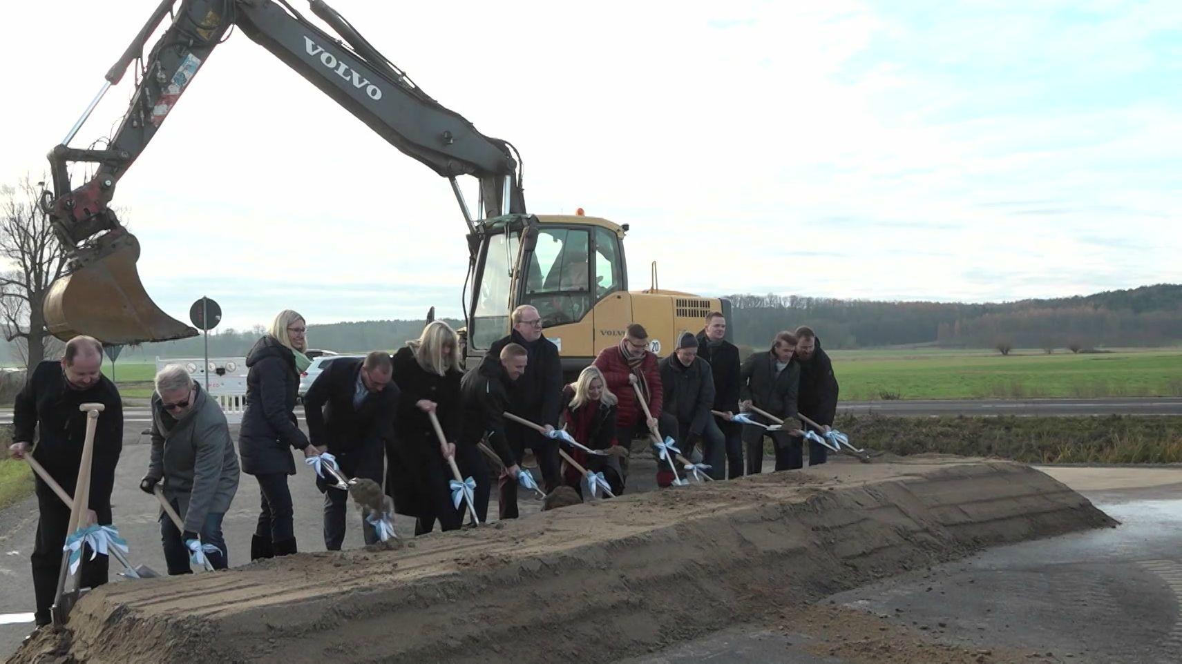 Für den Ausbau der Staatsstraße 2205 zwischen Coburg und Bad  Rodach war jetzt in Wiesenfeld bei Coburg Spatentich.