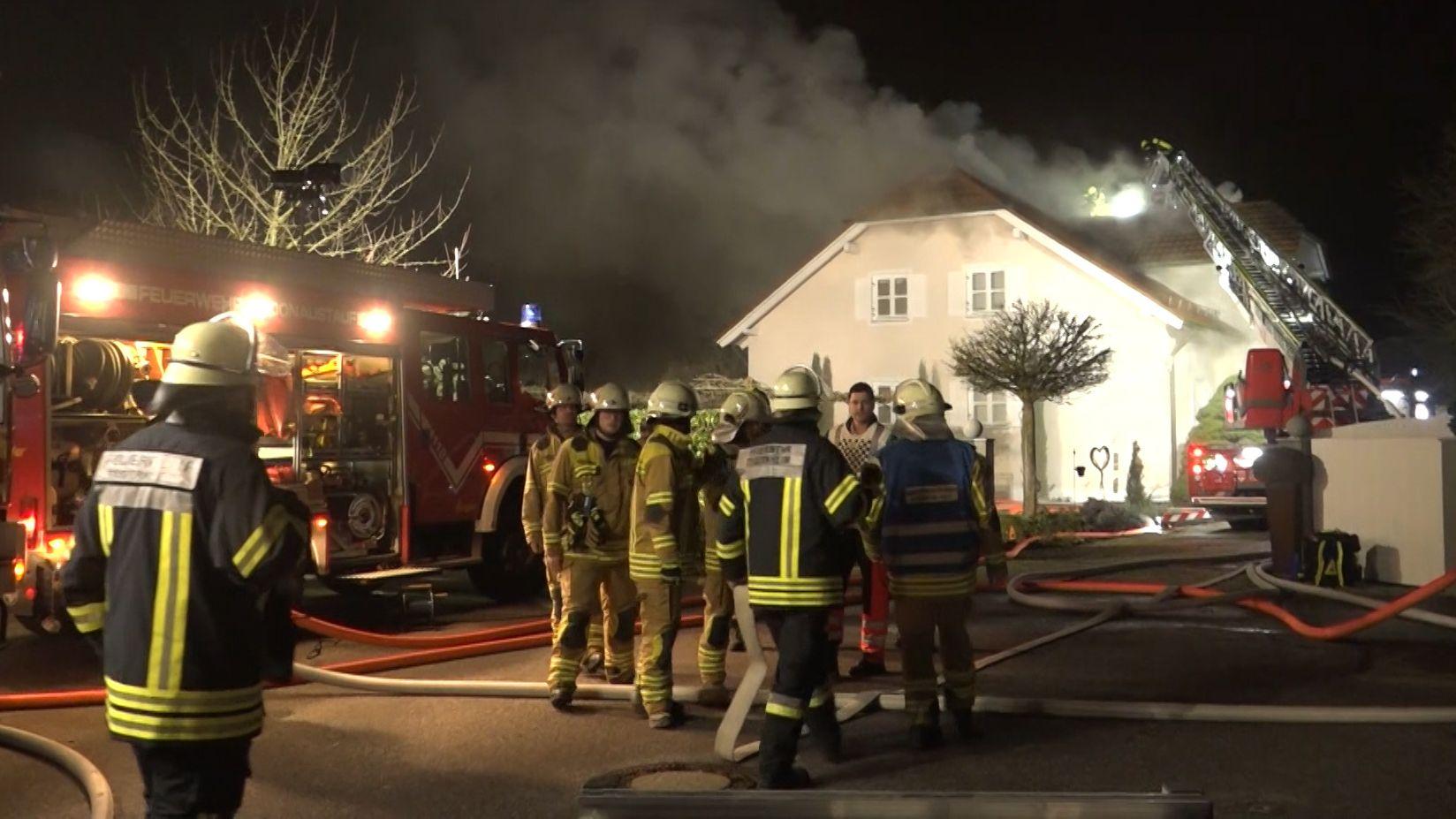 Feuerwehreinsatz vor dem Einfamilienhaus in Tegernheim