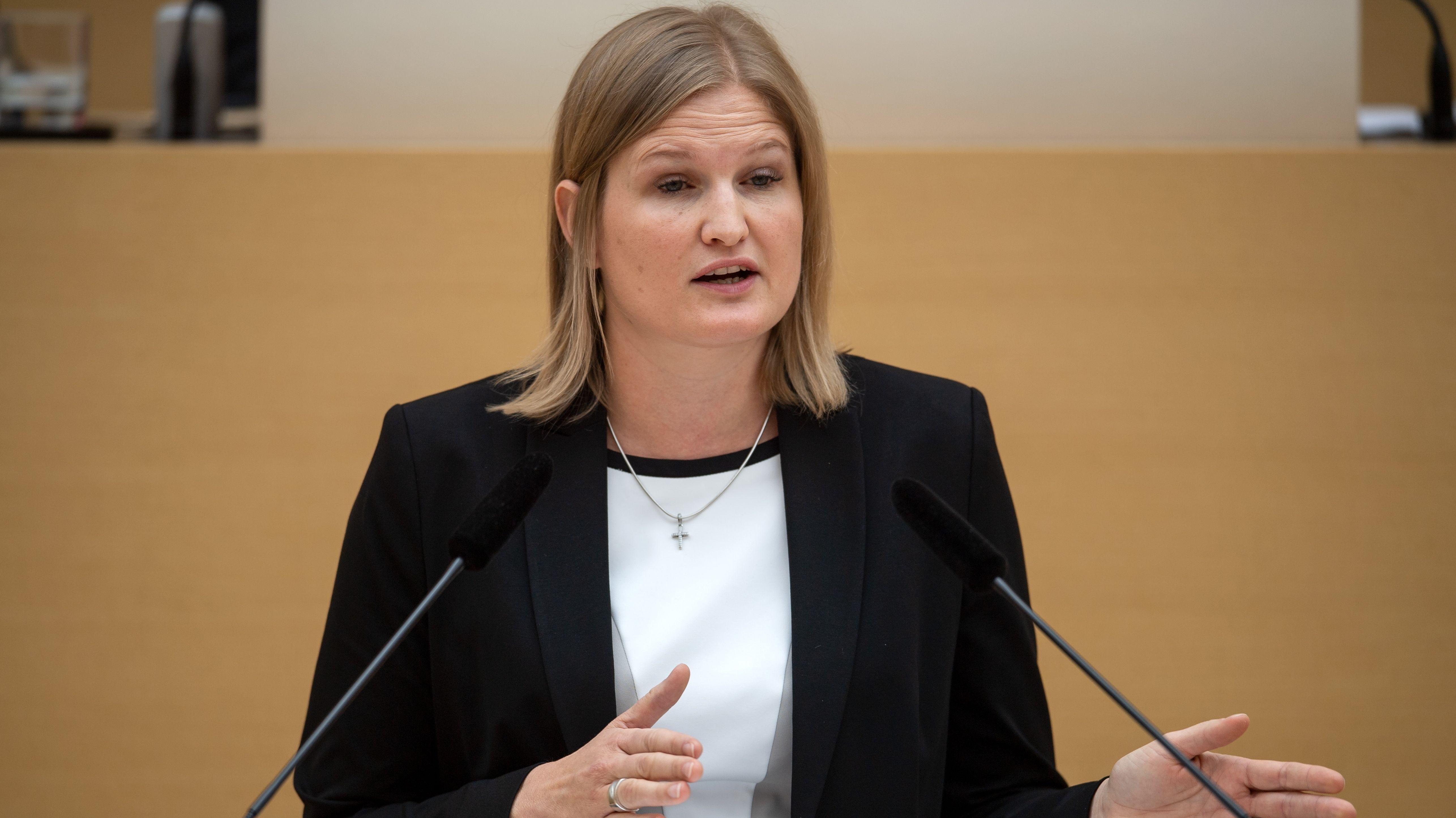 Katrin Ebner-Steiner, stellvertretende Landesvorsitzende der AfD in Bayern, spricht im Plenarsaal während der Landtagssitzung am 23. Mai 2019.