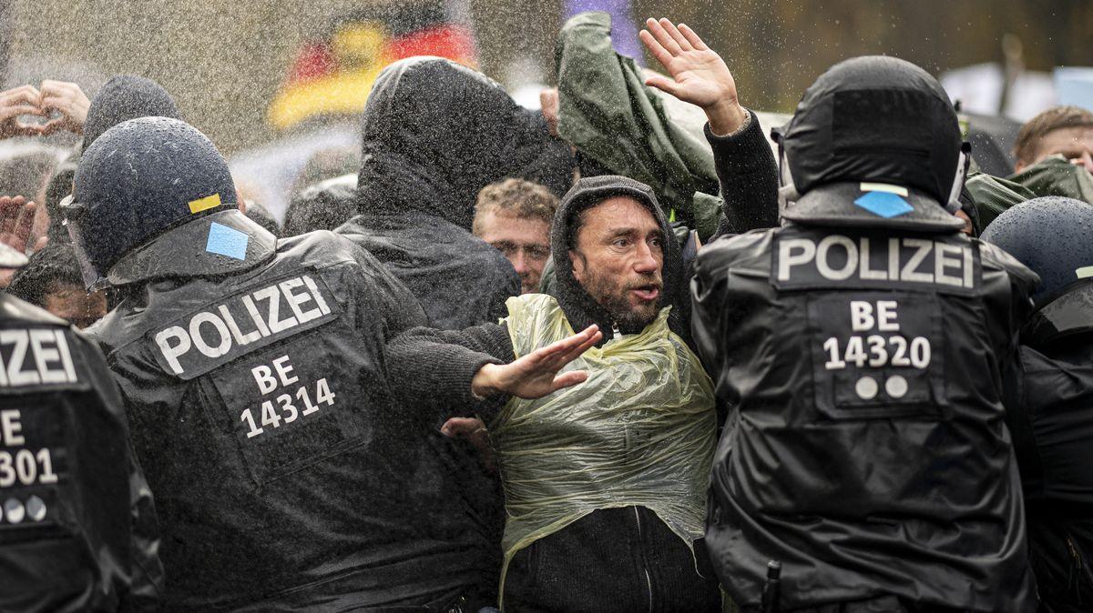 Auf den Straßen Berlins kam es zu Auseinandersetzungen zwischen Polizei und Demonstranten, im Bundestag bedrängten rechte Aktivisten Abgeordnete.