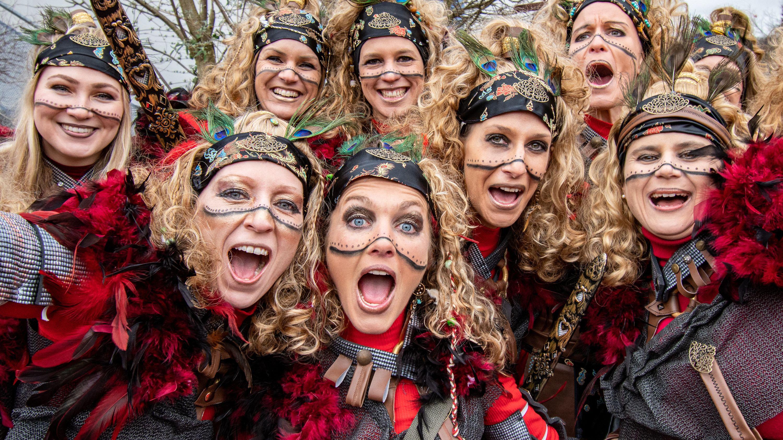 Das Bild zeigt fröhlich feiernde und verkleidetete Frauen beim Chinesenfasching in Dietfurt.