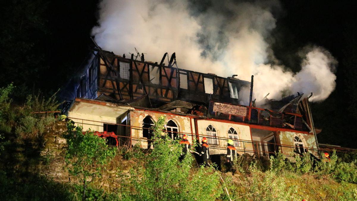 Historisches Fachwerkhaus aus dem dichter Rauch aufsteigt