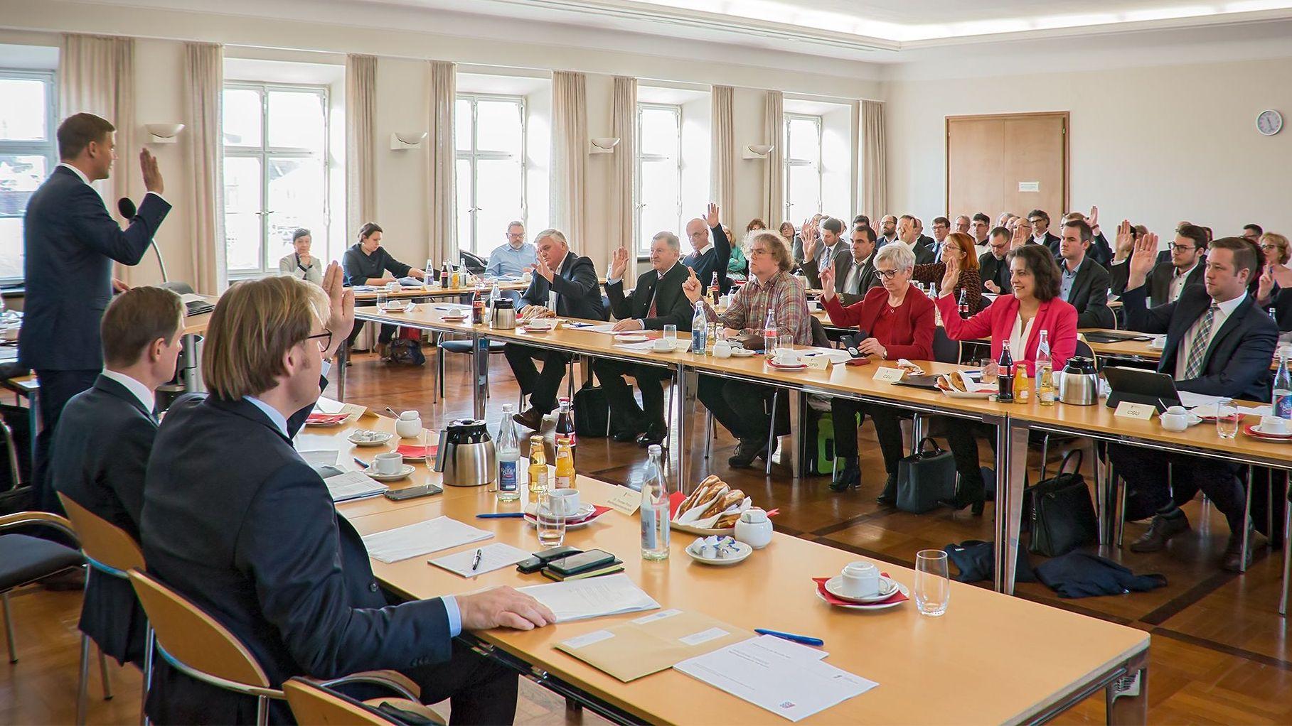 Die Mitglieder des Bezirkstags von Niederbayern stimmen über den Bezirkshaushalt 2020 ab