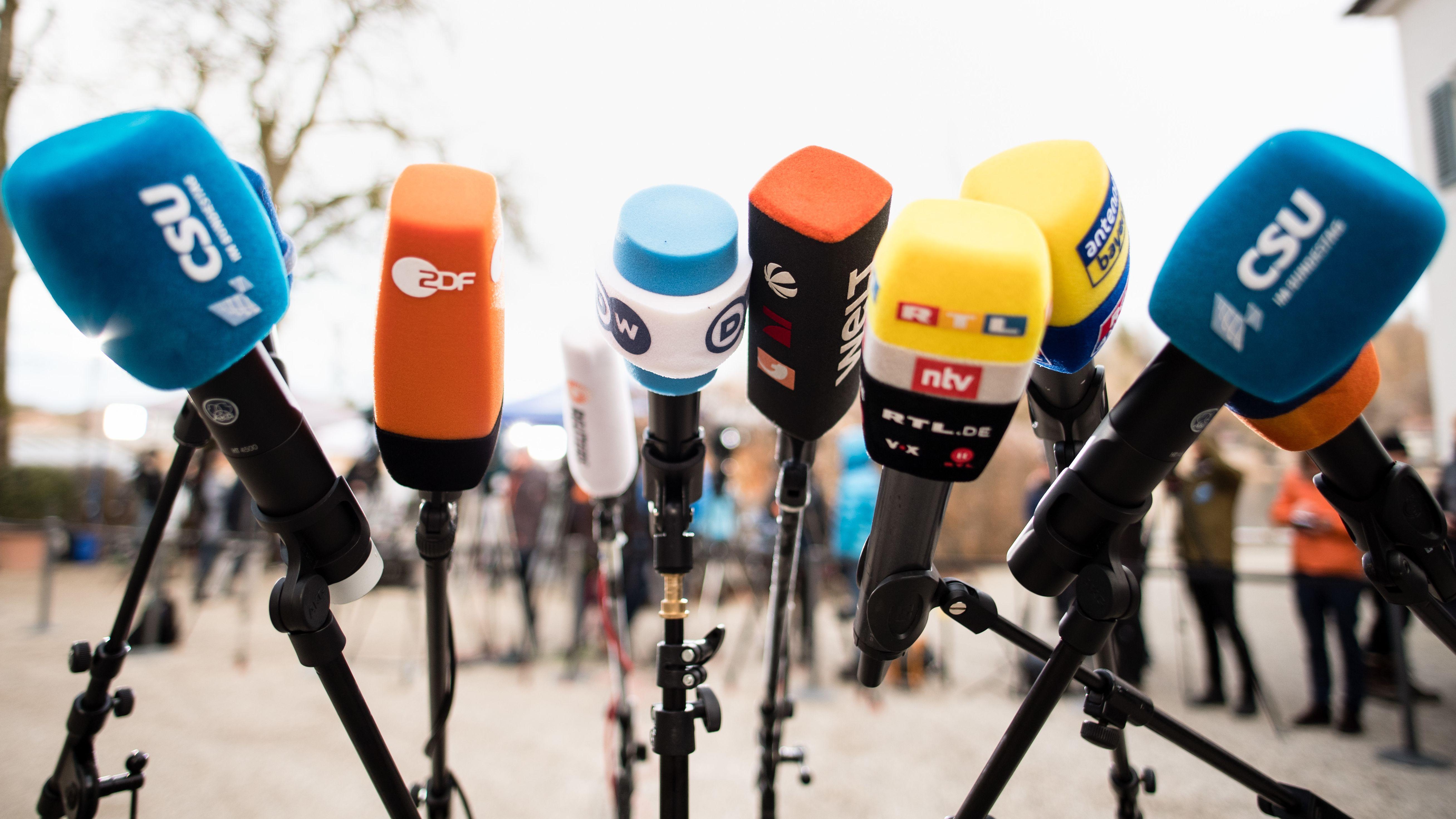 Zahlreiche Mikrofone sind bei der Winterklausur der CSU-Landesgruppe im Bundestag im Kloster Seeon aufgebaut.
