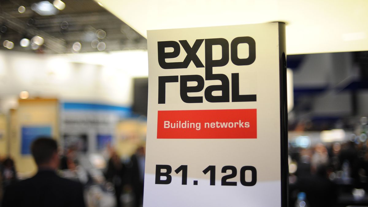 """Ein Schild mit der Aufschrift """"expo real""""."""
