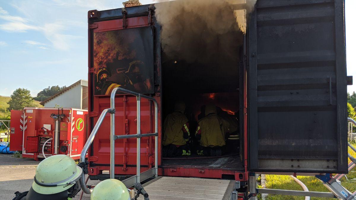 Feuerwehr trainiert in einem Brandübungscontainer im Abfallwirtschaftszentrum Hofstetten