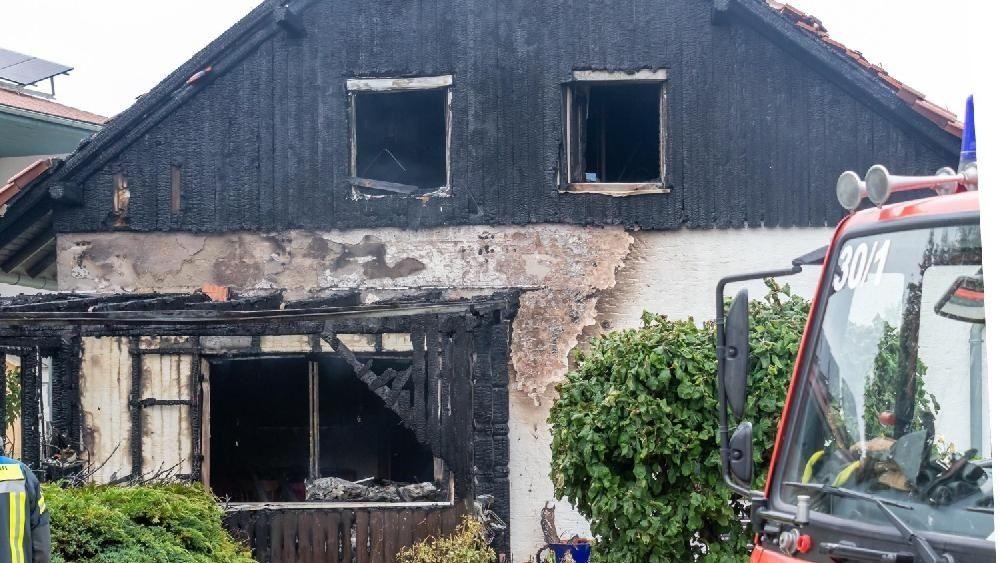 Stark beschädigtes Wohnhaus nach Brand