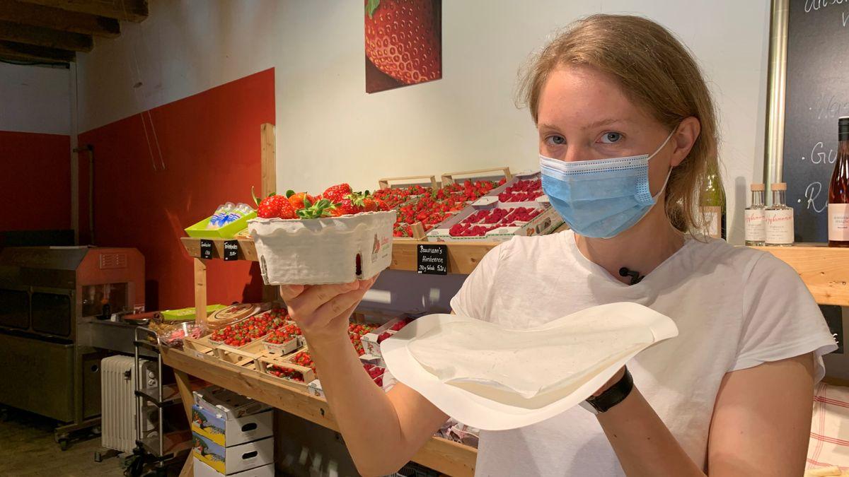 Papier aus Spargelabfällen: Unternehmerin Annika Baumann mit einer Erdbeerschale.