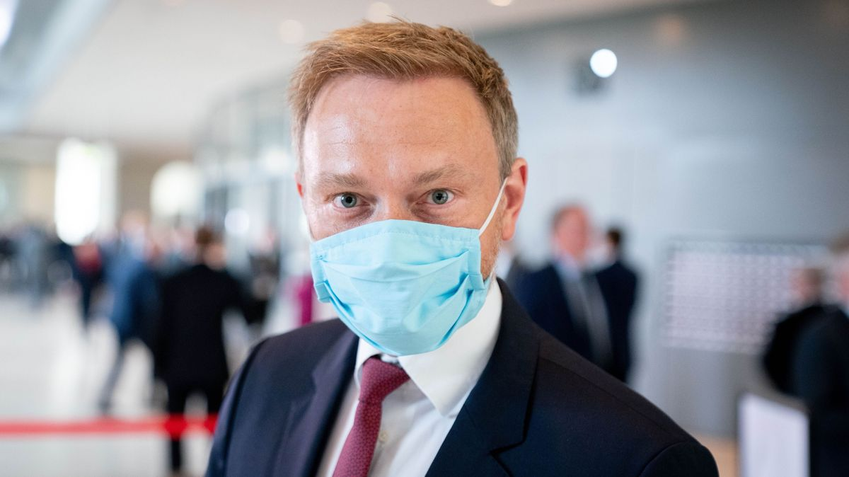 Christian Lindner, Fraktionsvorsitzender und Parteivorsitzender der FDP, mit hellblauer Gesichtsmaske