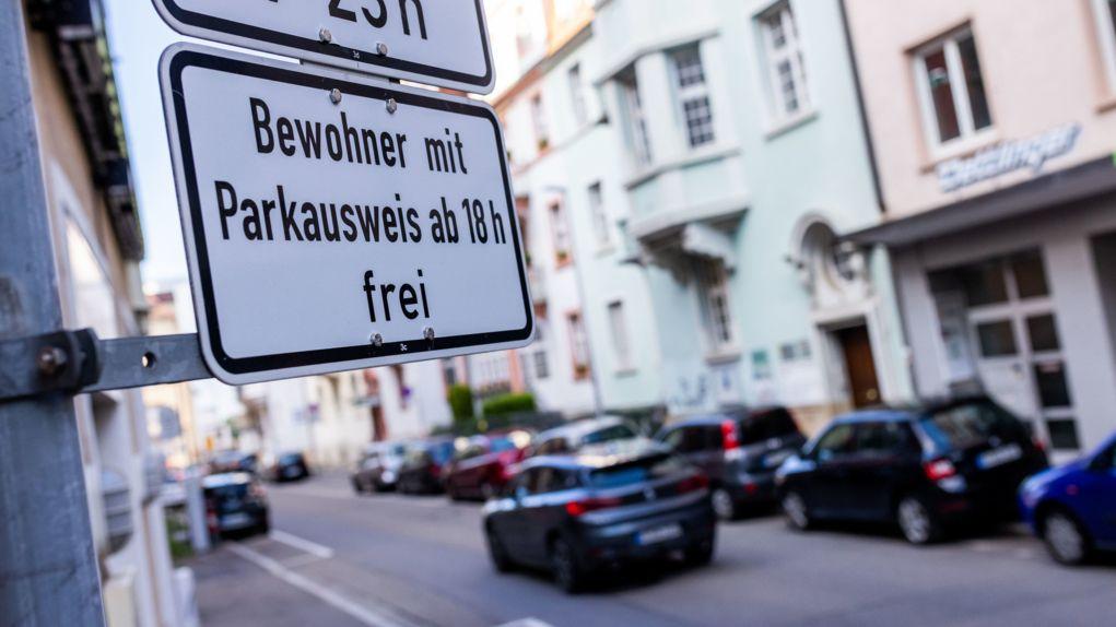 Ein Hinweisschild für das Bewohnerparken hängt an einer Straße.