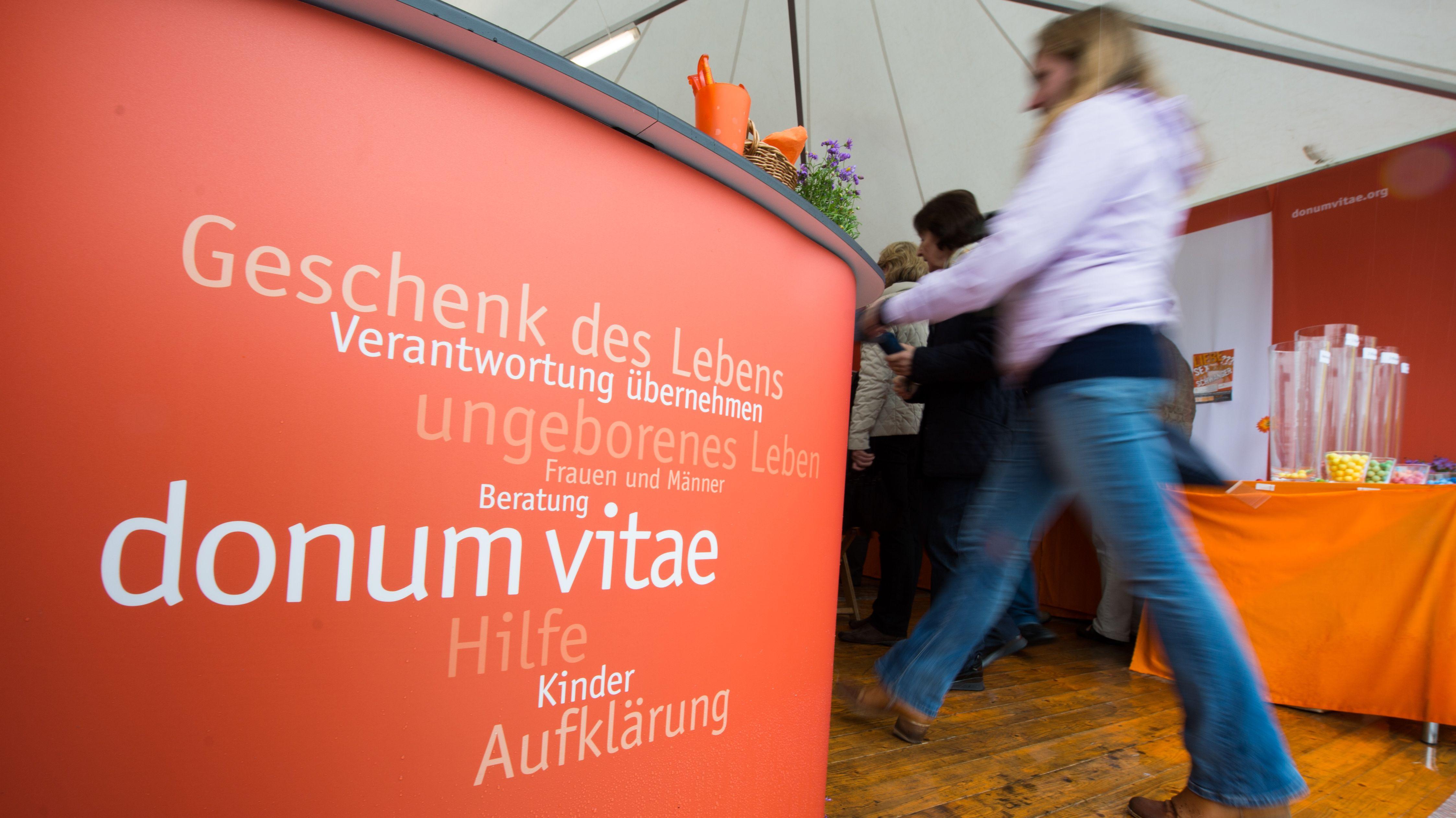 """Umstrittener Stand von """"Donum Vitae"""" beim Katholikentag in Regensburg."""