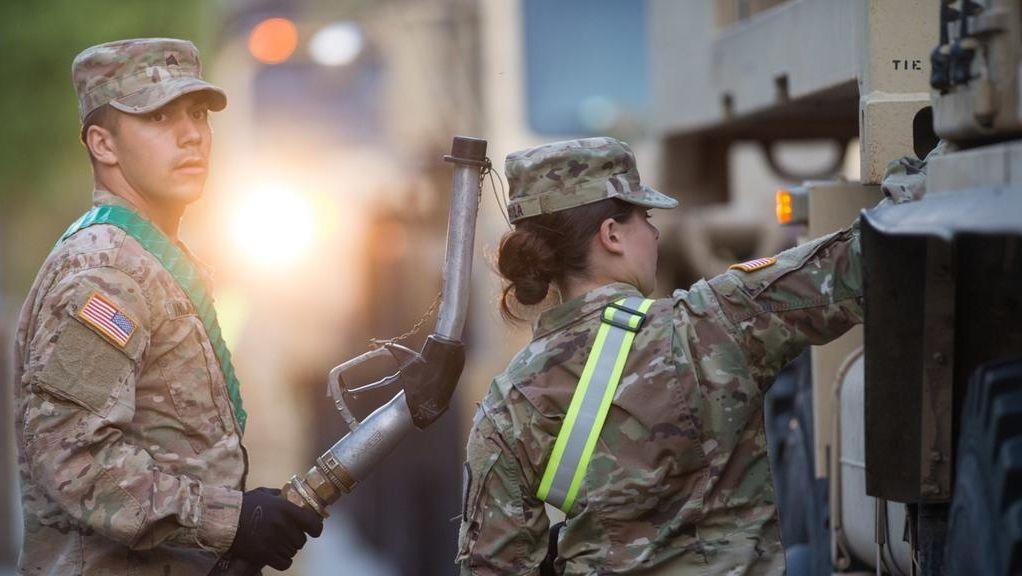 Soldaten der US-Streitkräfte betanken in der Clausewitz-Kaserne einen Laster