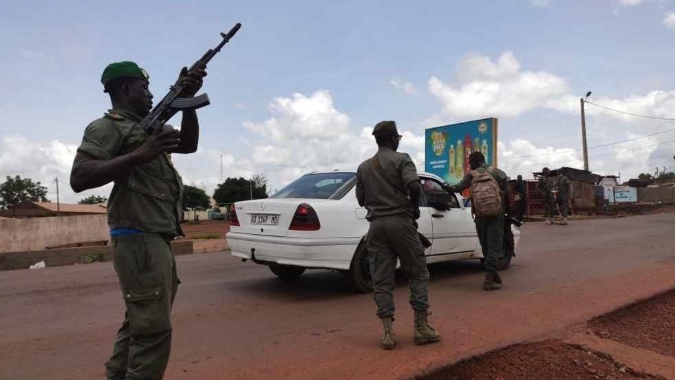 Soldaten patrouillieren in Bamako