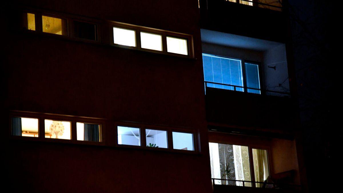 Lichter in den Wohnungen eines Mehrparteienhauses