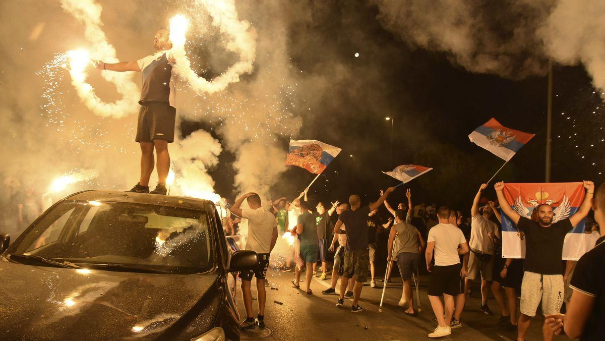 Montenegro, Podgorica: Anhänger von Oppositionsgruppen jubeln nach den Parlamentswahlen.