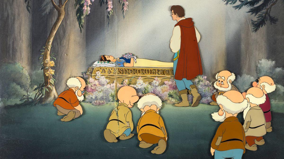 Der Prinz und die sieben Zwerge stehen vor dem aufgebahrten Schneewittchen