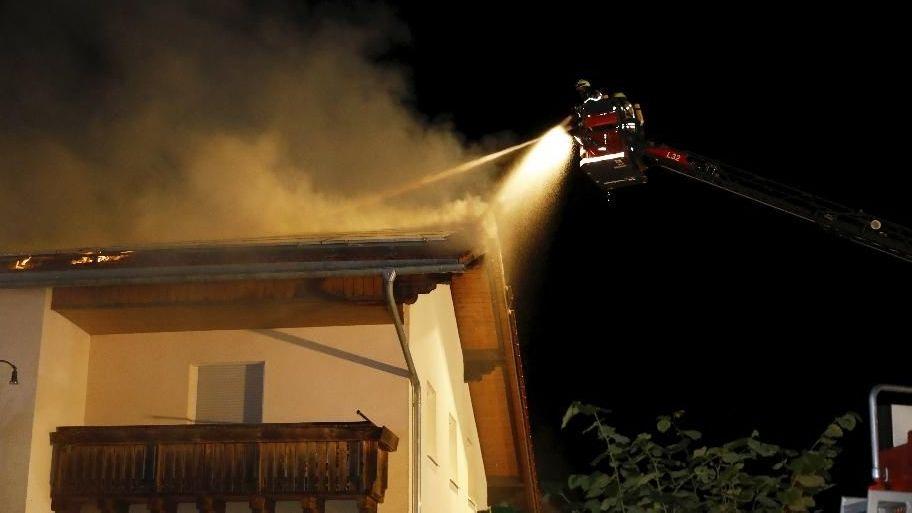 Nächtliche Löscharbeiten des Gasthauses in Oberdiendorf bei Hauzenberg