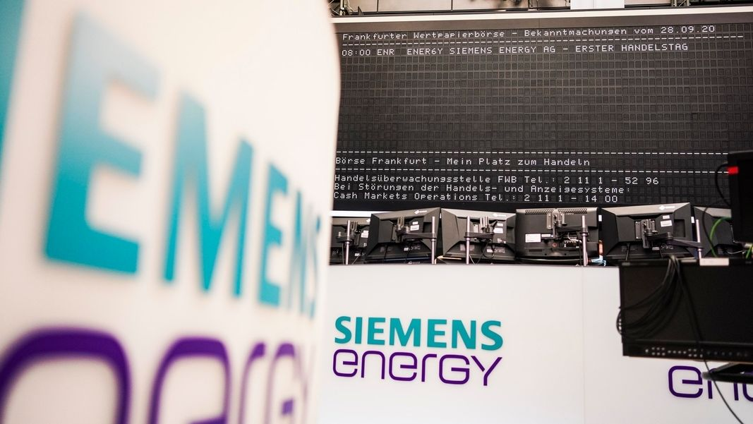 Logo Siemens Energy in Börsensaal