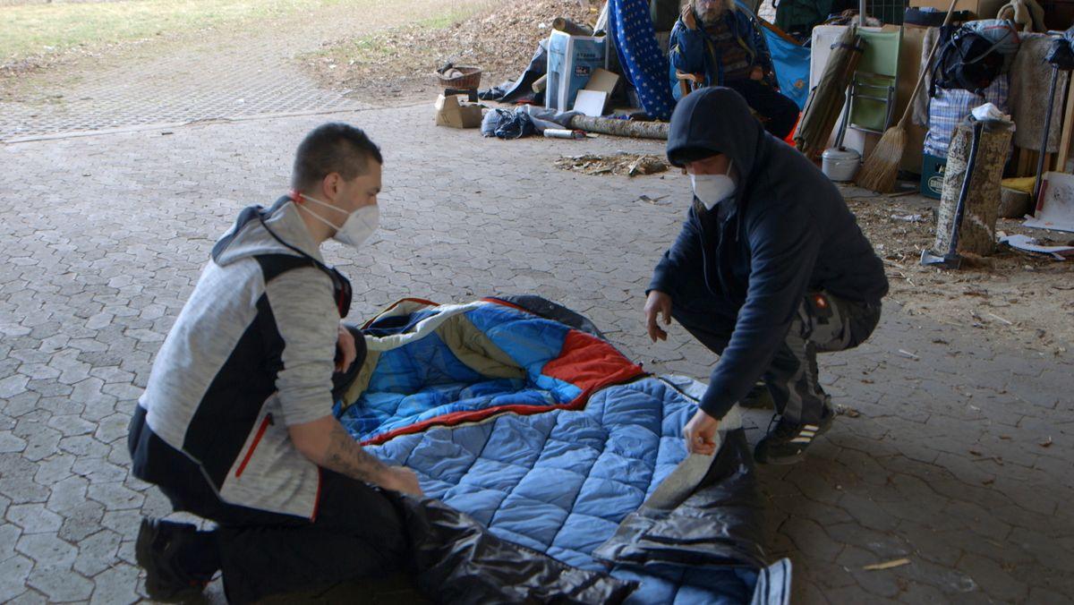 Patrick Phillips von der Caritas Straßenambulanz in Nürnberg verteilt Sheltersuits.