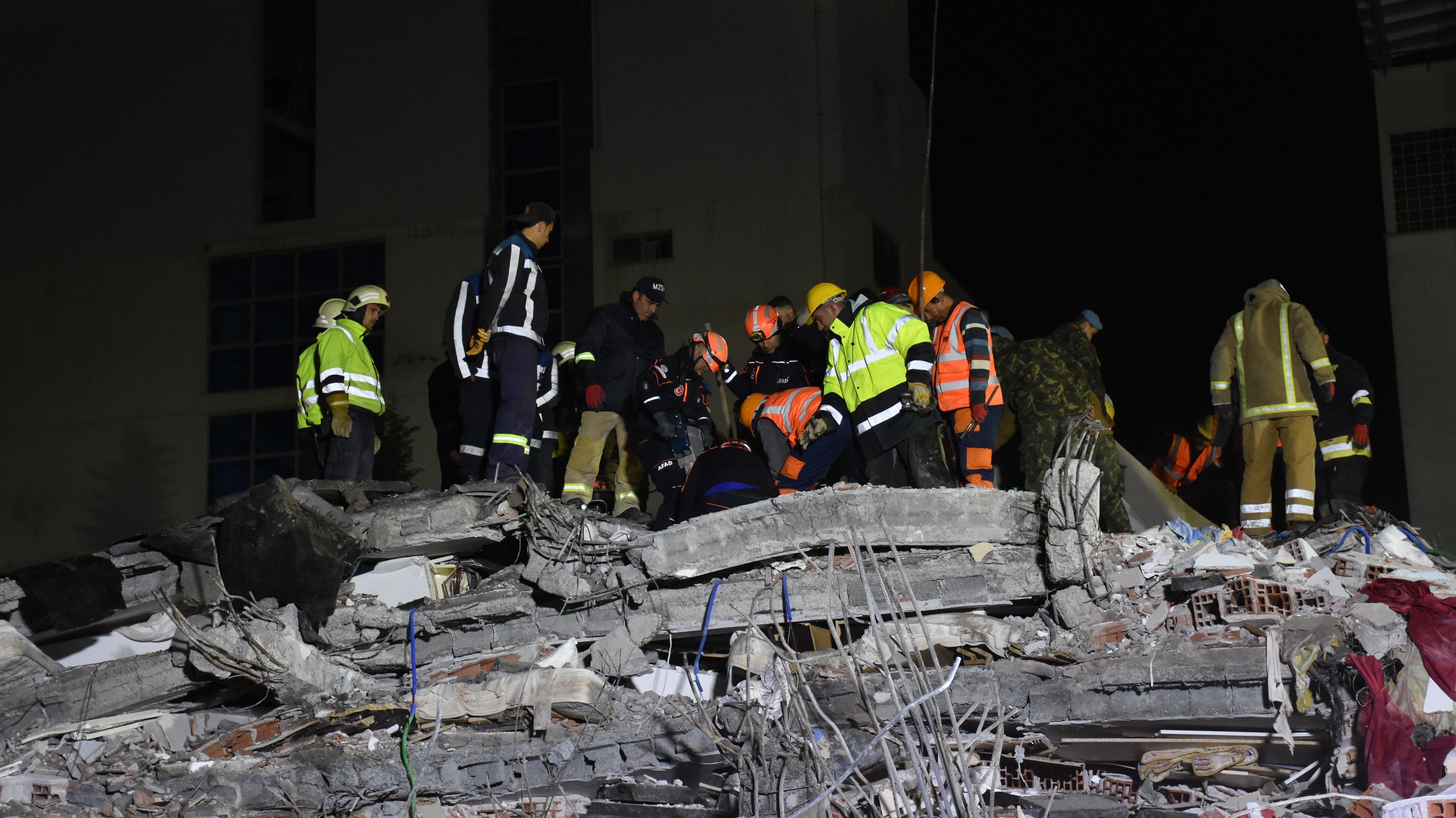 Retter suchen nach dem Erdbeben in Durres nach Überlebenden.