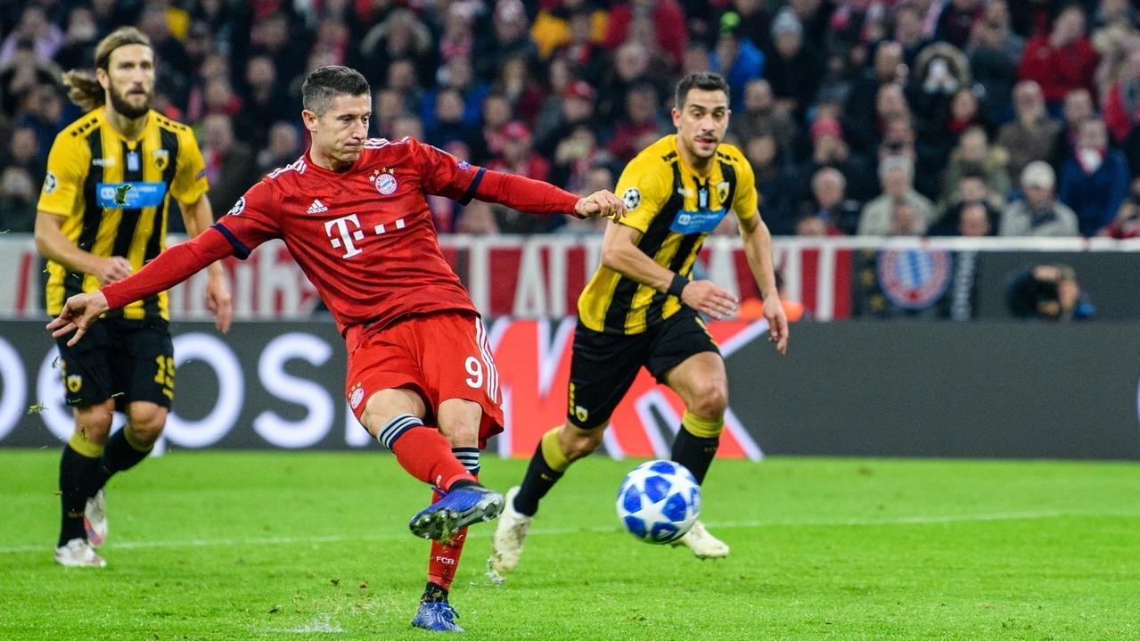 Torschütze Robert Lewandowski vom FC Bayern München trifft zum 1:0 per Elfmeter.