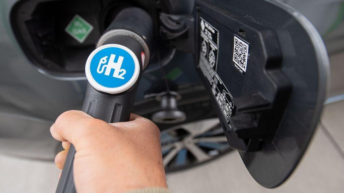 Ein Auto wird mit Wasserstoff betankt.