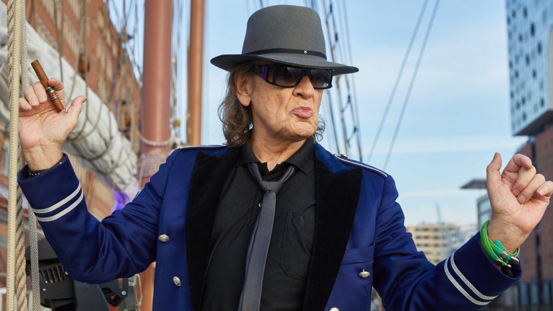 Sänger Udo Lindenberg mit Zigarre in der Hand