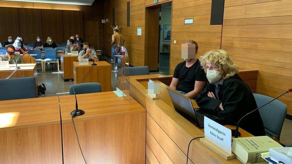 Prozess um Rosenheimer Unfalltod zweier junger Frauen vom Samerberg: Der Angeklagte mit seiner Anwältin Iris Stuff aus Köln im Gerichtssaal.