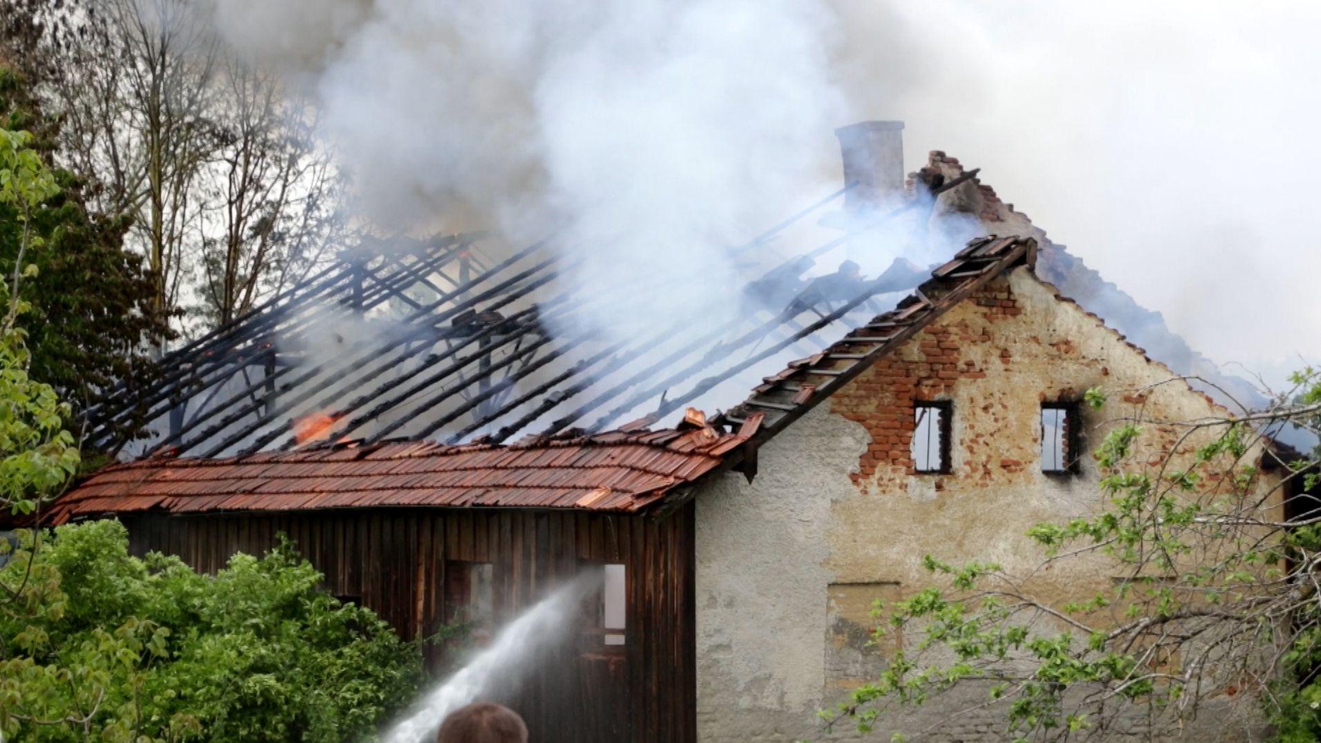 Ein 14-Jähriger hat wohl unabsichtlich ein unbewohntes Gebäude abgefackelt.