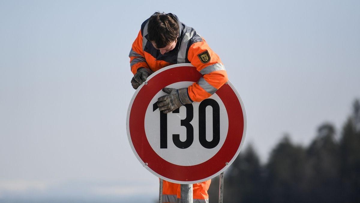 Schild weist auf Tempo 130 hin