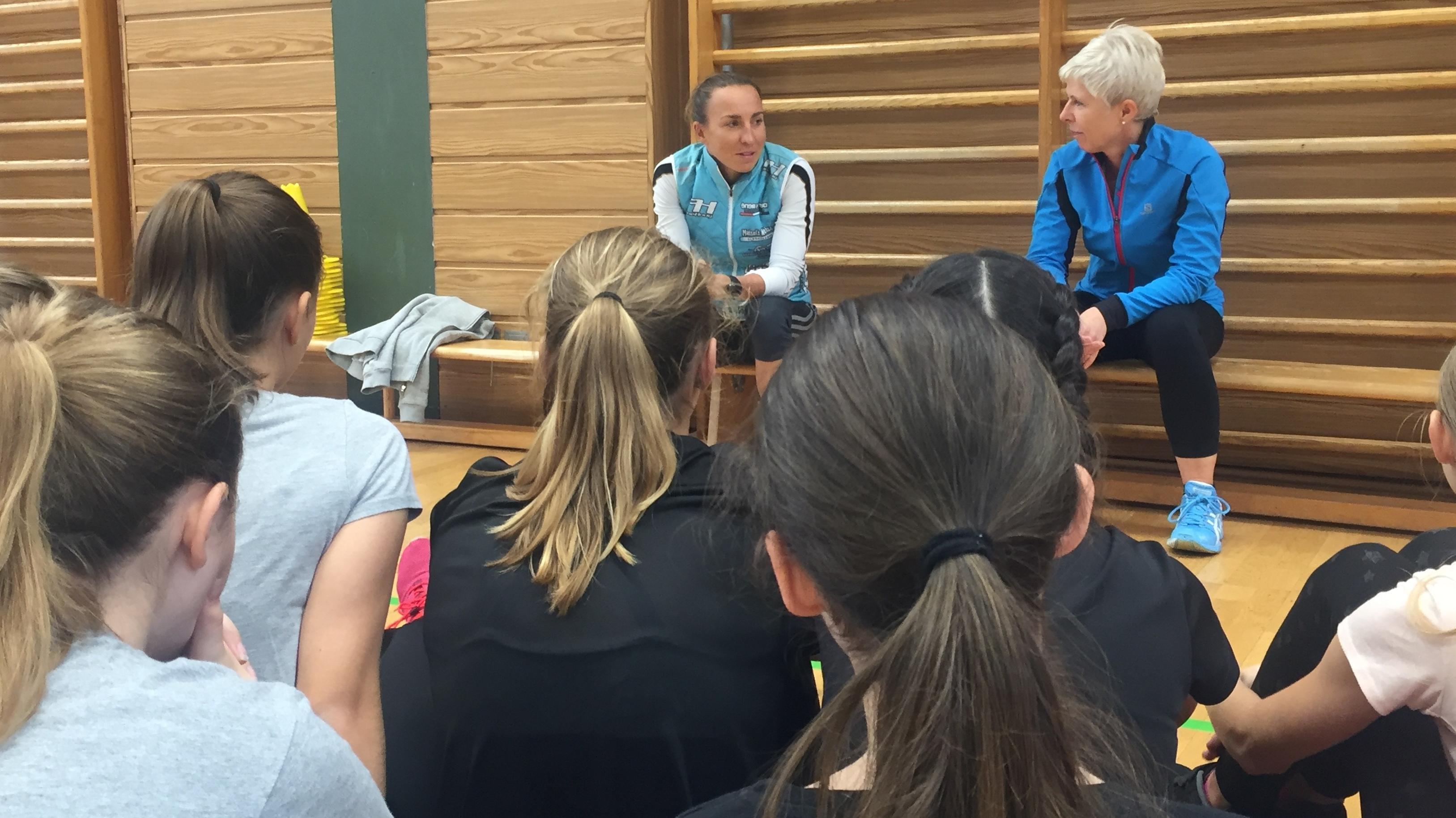 Anne Haug begrüßt die Schülerinnen zur Sportstunde.