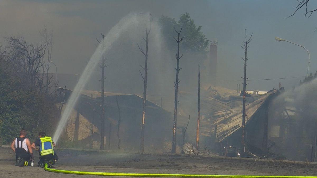 Bei einem Großbrand in Altdorf bei Landshut ist ein Büro- und Geschäftsgebäude niedergebrannt.