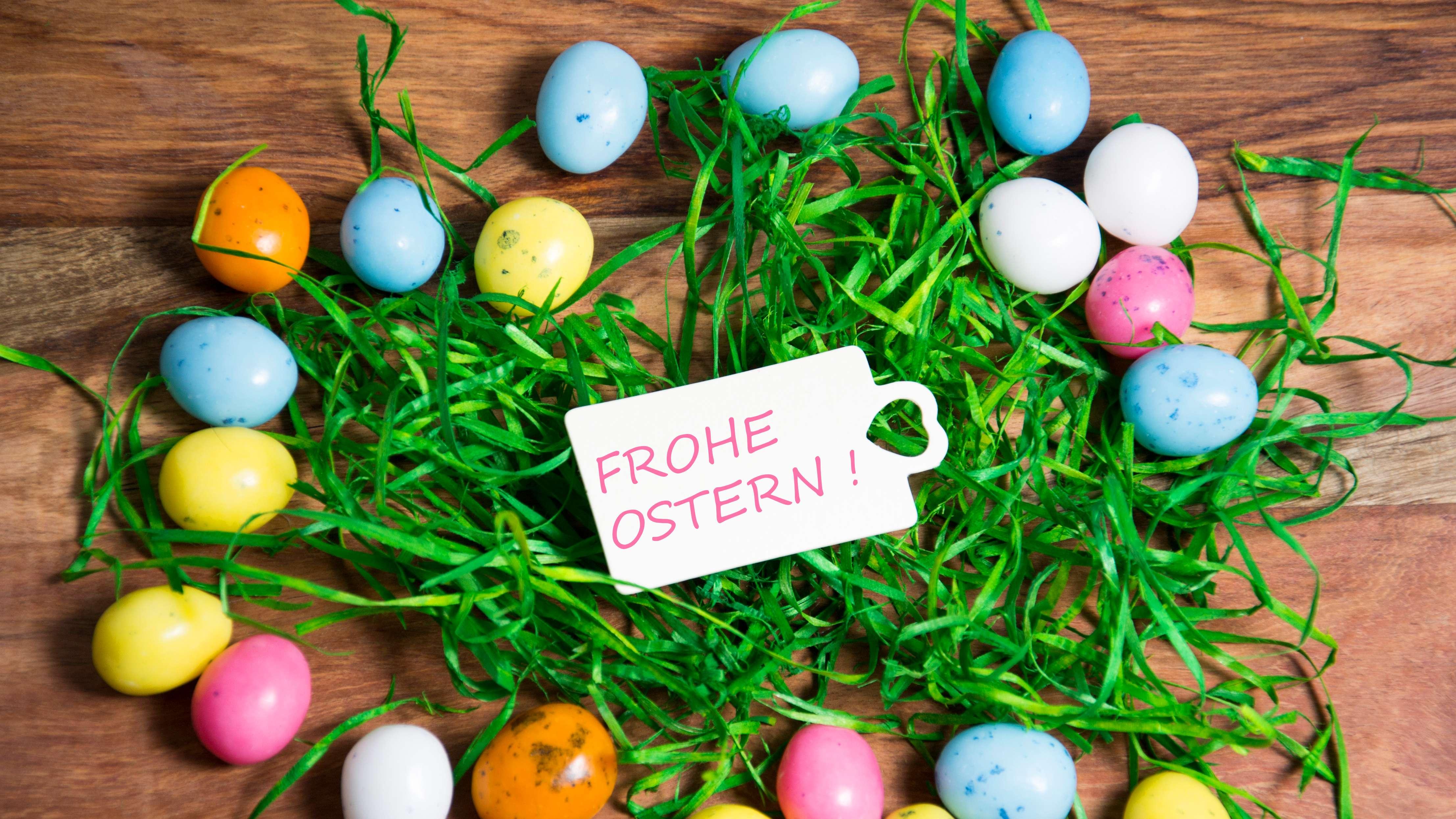 Zu Ostern freuen wir uns über bunte Ostereier.