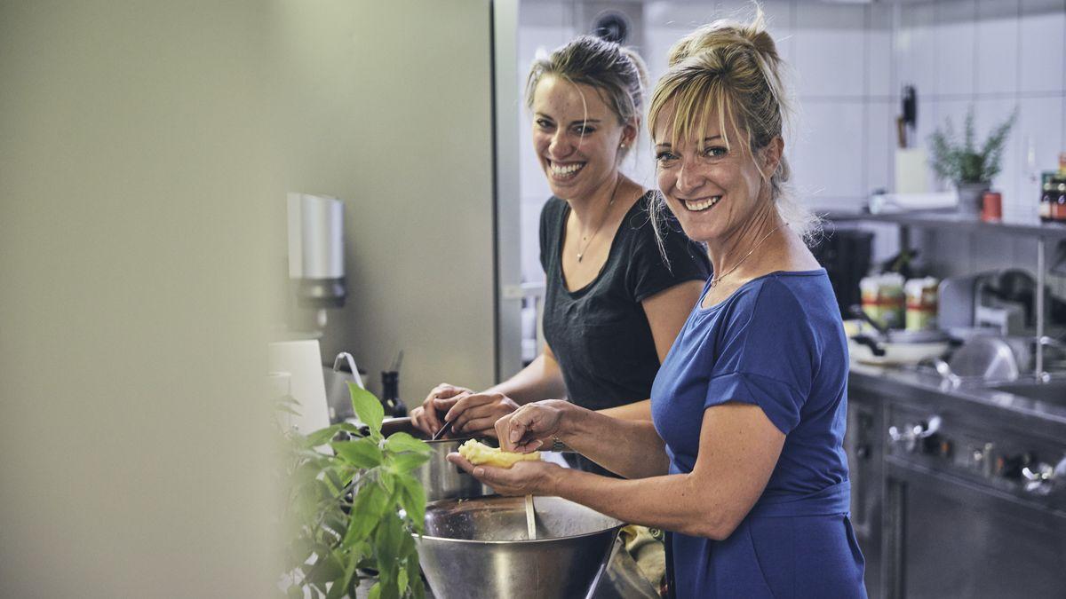 Die beiden Frauen am Kochtopf