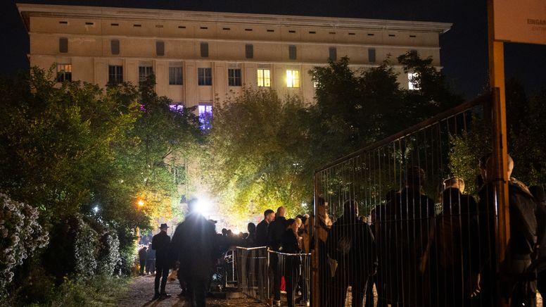"""Mehrere hundert Menschen stehen am 02.10 vor dem Berghain Club. Dort fand die erste """"Klubnacht"""" nach Beginn der Corona-Pandemie statt..   Bild:picture alliance/dpa   Christophe Gateau"""