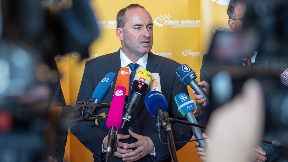 Hubert Aiwanger vor den Mikrofonen von Journalisten   Bild:dpa-Bildfunk/Lino Mirgeler