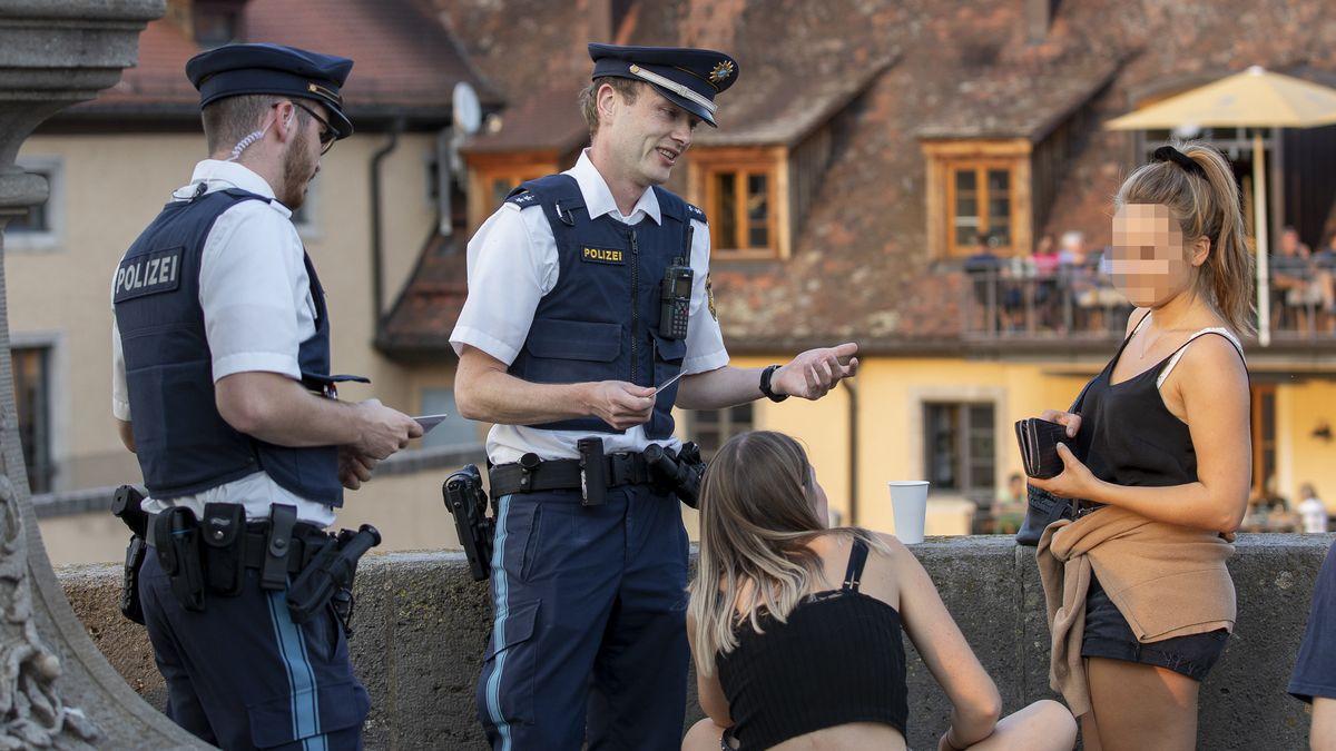 Polizisten kontrollieren die Einhaltung des Alkoholverbotes. Wer es nicht einhält, riskiert wie hier im Bild ein Bußgeld.