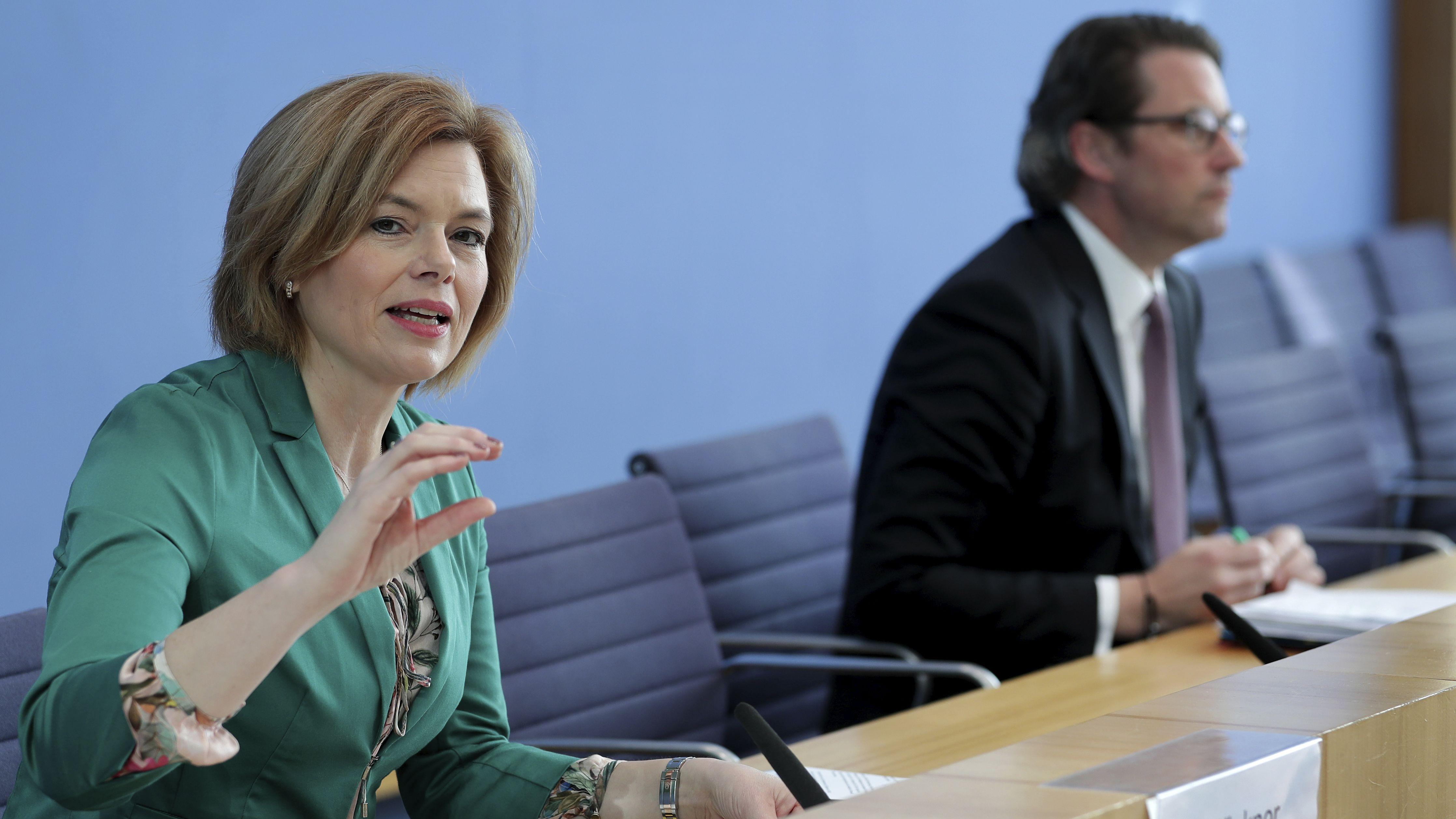 Bundeslandwirtschaftsministerin Julia Klöckner mit Andreas Scheuer auf der Pressekonferenz am 26.03.2020.
