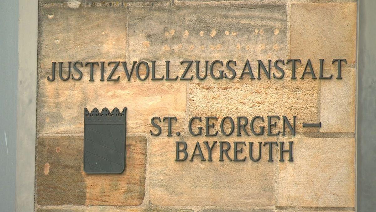 """An der Fassade der JVA ist der Schriftzug """"Justizvollzugsanstalt St.Georgen-Bayreuth"""" angebracht."""