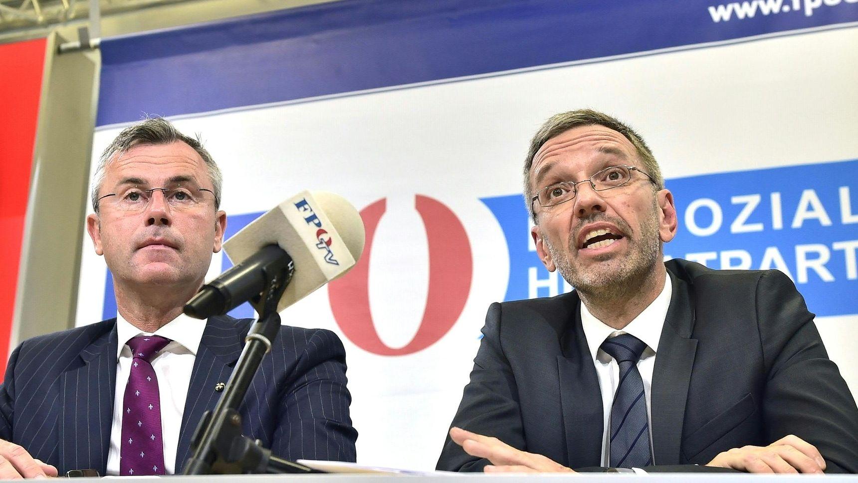 Norbert Hofer (l), designierter FPÖ-Parteichef, und Herbert Kickl (FPÖ), Innenminister von Österreich, sprechen während einer Pressekonferenz.