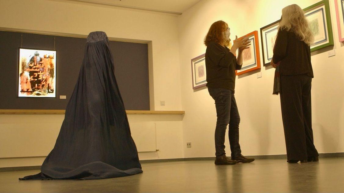 Mahbuba Maqsoodi widmet sich in ihrer neuesten Ausstellung dem Thema Schleier