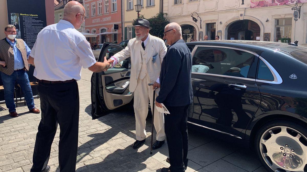 Ankunft des Glasmalerei-Künstlers: Markus Lüpertz wird in Bamberg empfangen.