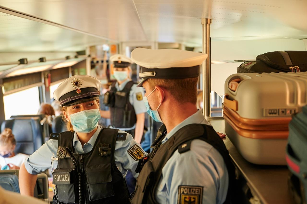 05.08.2020, Berlin: Beamte der Bundespolizei und Mitarbeiter der DB Sicherheit gehen durch einem IC kurz vor dem Berliner Hauptbahnhof und kontrollieren, ob die coronabedingte Maskenpflicht eingehalten wird. Foto: Annette Riedl/dpa +++ dpa-Bildfunk +++