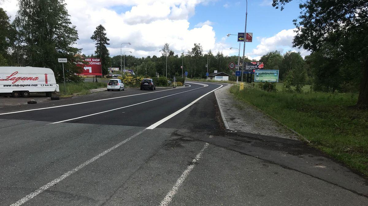 Am Grenzübergang Selb/ Asch herrscht wenig Andrang, nur einige Autos fahren über die Staatsgrenze.