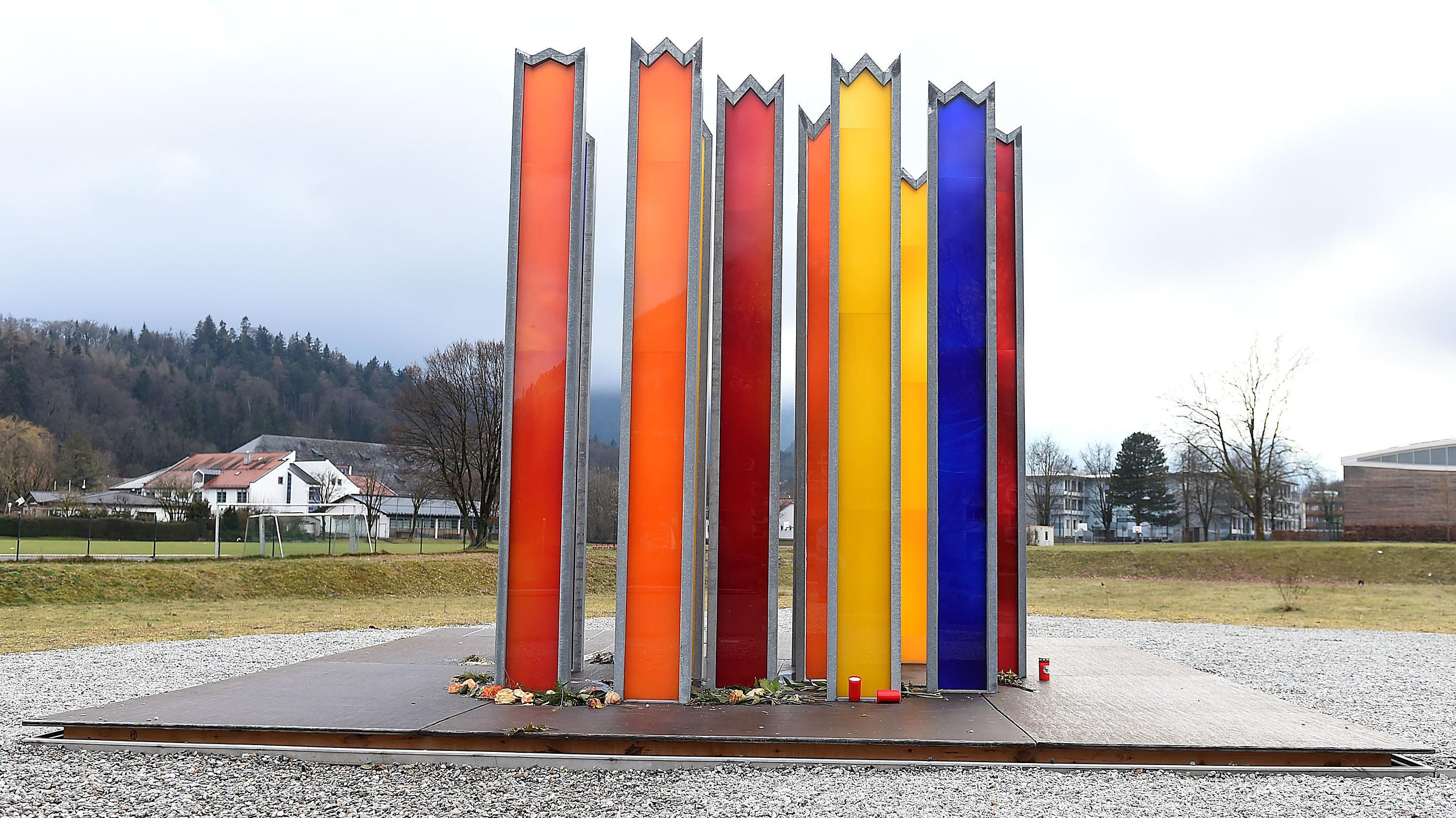 15 bunte Glasstelen in Bad Reichenhall erinnern an die zwölf Kinder und drei Frauen, die 2006 beim Einsturz der Eissporthalle ums Leben kamen.