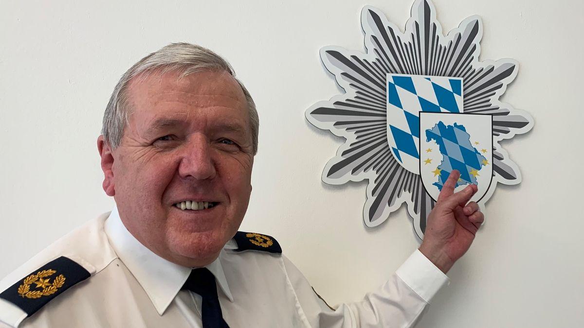 Alois Mannichl (64) mit dem Wappen der Bayerischen Grenzpolizei